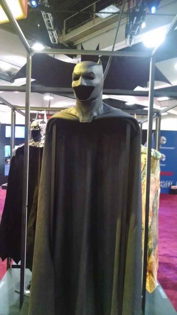 Ben-Affleck-Batman-Cape-Cowl-Comic-Con-2014-570x1012