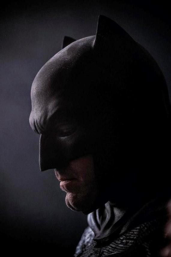 Ben-Affleck-in-Batman-v-Superman-Mask-Comic-Con-2014-570x856